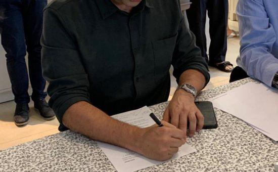 נפתלי בנט חותם על ההסכם