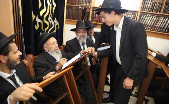 חבר מועצת חכמי התורה מרן הרב שמעון בעדני מברך את תלמידי הישיבה