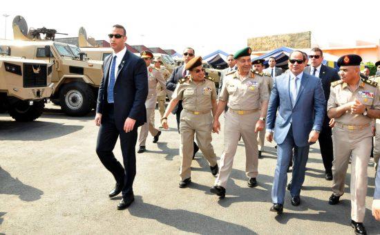 נשיא מצרים עבדול פתח א-סיסי ובכירי הצבא. צילום: צבא מצרים