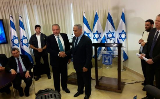 נתניהו וליברמן חותמים על ההסכם הקואליציוני צילום ארי קלמן (2)