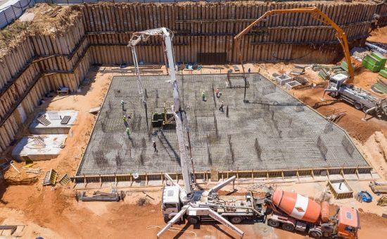 סיום יציקת הרפסודה של הבניין הראשון במתחם מטרופוליס גבעתיים קרדיט ניר הופמן