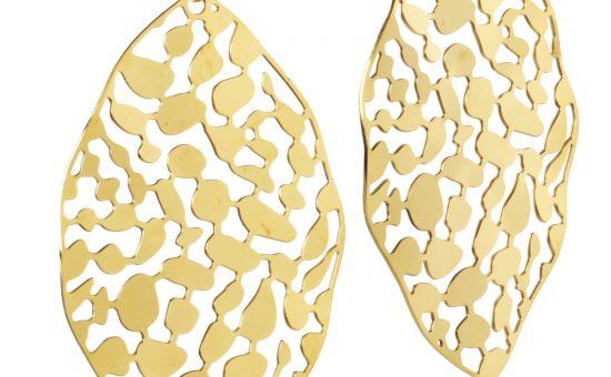 עגילי זהב דמויי עלה, רשת תכשיטי רוני קהאן | צילום: אייל קרן