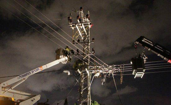 עובדים בסופה. צילום: יוסי וייס, חברת החשמל