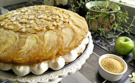 עוגת תפוחים וקרמל עם קרם וניל צילום יחצ )