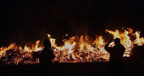 אש, עשן ותמרוני מים: סיקור מצולם עם לוחמי האש