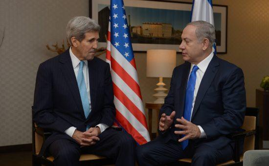 """פגישת ראש הממשלה בנימין נתניהו עם מזכיר המדינה האמריקאי ג'ון קרי בברלין. צילום: עמוס בן גרשום, לע""""מ"""