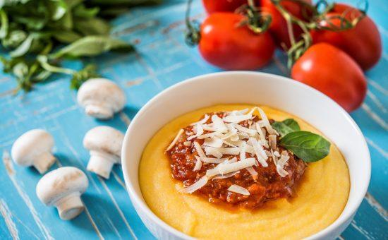 פולנטה חלבית עשירה, מוגשת עם רוטב עגבניות פיקנטי ופרמז'ן   צילום: חיים אפריאט