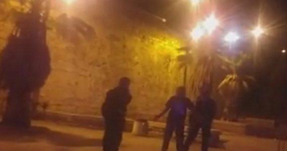 צפו: באמצע הלילה, מחבל עם סכין בתל אביב
