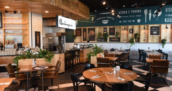 חדרה מתחדשת בבית קפה מהדרין