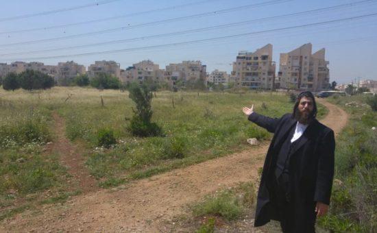 ראש העיר אלעד בשטח האש על רקע בתי העיר