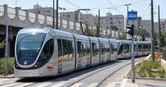 ברכבת או באוטובוס: במה נוסעים יותר בני הנוער?