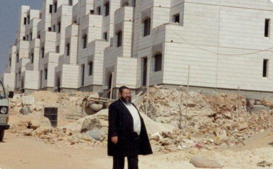 ר' חיים נחום ליד הבנין הראשון בביתר