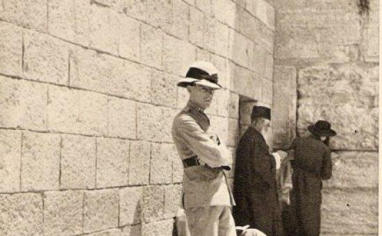 שוטר בריטי מפקח על היהודים בכותל