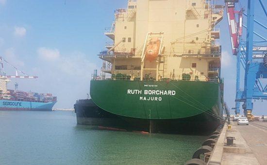 שפיכת שמן למי ים - אניית רות בורדשארד צילום -ניר לוינסקי המשרד להגנת הסביבה3
