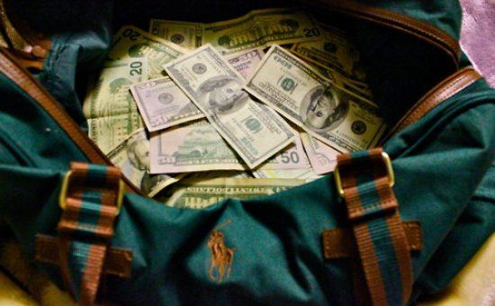 תיק עם כסף אילוסטרציה