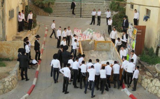 תלמידי סלבודקא מזיזים את המכולה