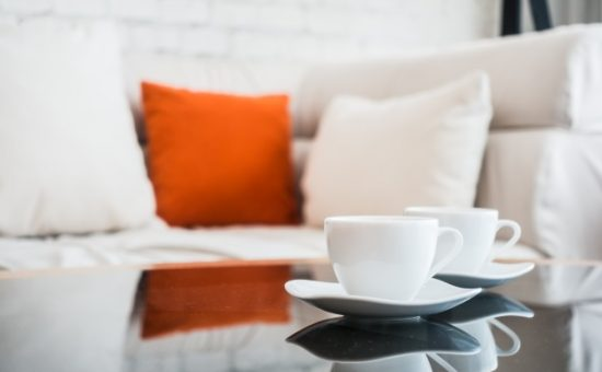 כוס קפה בסלון
