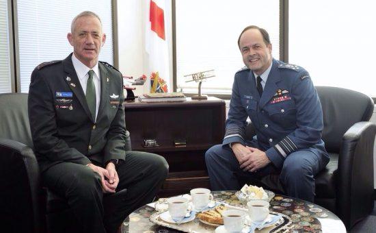 """הרמטכ""""ל בני גנץ ורמטכ""""ל צבא קנדה, הגנרל תום לאוסון. צילום: דו""""צ"""