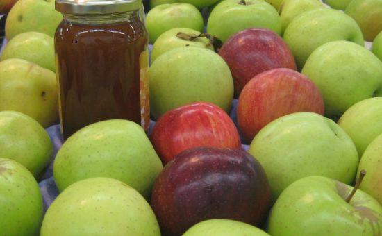 תפוחי עץ ירוק ואדום עם צנצנת דבש. צילום - מחלקת יחצ סטודיו סי