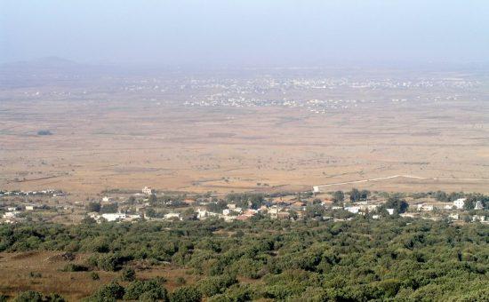 תצפית לתוך סוריה מהר חזק שברכס בשנית, הממחישה את המשמעות הטופוגרפית של שליטה ברמה