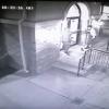 צפו: השודד כיוון אקדח לראשו של הבחור החרדי ודרש את בגדיו