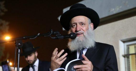 הרב דחה את היהודי שהתדפק על דלתו – ומקלו צימח פרחים ושקדים
