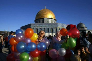 מראות קשים בהר הבית: שלטי טרור וממתקי תמיכה במחבלים