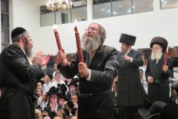שמחת בית השואבה בראשות המשפיע רבי אלימלך בידרמן בבית המדרש קרלין בעיר
