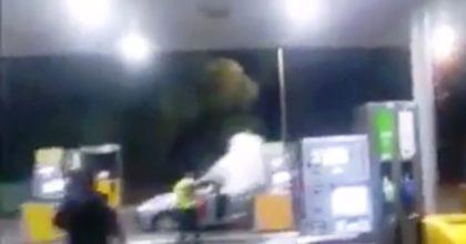 צפו: הערב  בירושלים, רכב עלה באש בתחנת דלק, אשה נכוותה