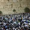 שידור חי: מתפללים ושרים בכותל במוצאי ט' באב