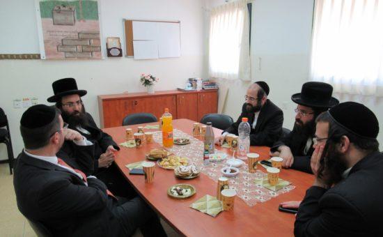 מנכל העירייה החדש זאב קשש בביקור במוסדות ויזניץ אלעד (4)
