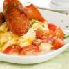 ארוחה קלילה: ביצה מקושקשת עם נקניקיות ובצל