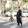 ראש העיר יצא לרחוב וחצה עם הילדים את הכביש