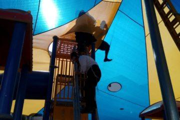 צפו: הילד טיפס לראש מתקן השעשועים, נלכד בראש המתקן וחולץ בשלום