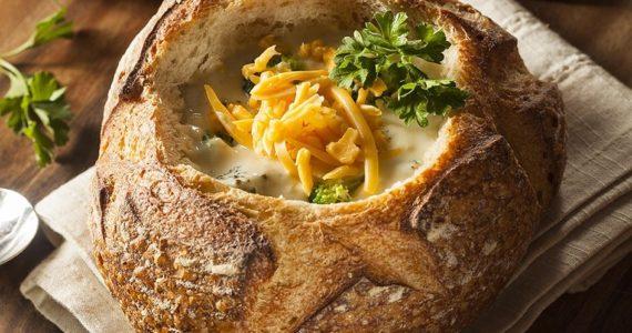קערת לחם פריכה עם מרק שיחמם לכם את החורף