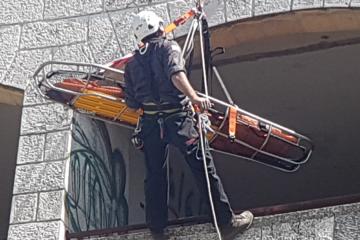 בסנפלינג מהגג – חילוץ מורכב: דקה אחר דקה עם יחידת העילית של לוחמי האש