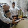 """לאחר שהשתחרר מביה""""ח: זקן רבני מרוקו בהדלקת נרות"""