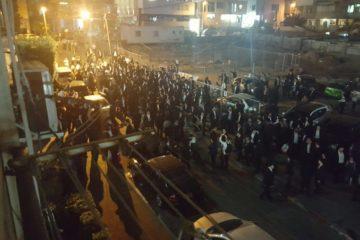 """""""עוכר ישראל"""" • צפו בהפגנה מול ראש הישיבה"""