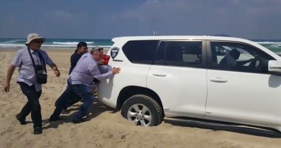 צפו: חבר הכנסת סייע בחילוץ הרכב שהתחפר בחול