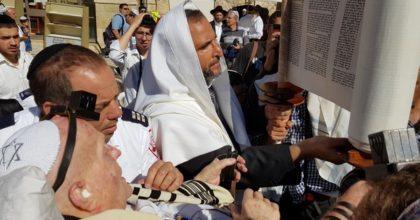 צפו: בן 94 הניח תפילין לראשונה בחייו
