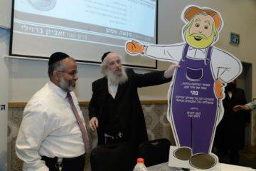 ראש העיר העניק למנהל האגף את דמות הקומיקס המזוהה עימו