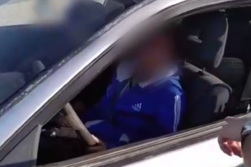 מקבלת שיעור מאמא: צפו • בת 14 נוהגת לצד אמה