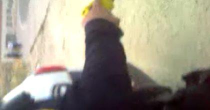 """אלימות מופרזת או פעילות מנע לגיטימית? שוטרים עצרו ילד בת""""ת ואיימו באקדח טייזר • צפו"""