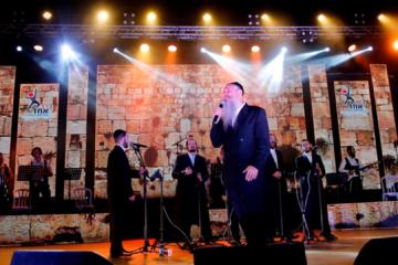 """קליפ מרגש: מרדכי בן דוד שר """"הנני רופא לך"""" לילדי בלב אחד"""
