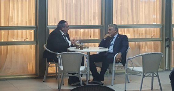 אבי גבאי ויאיר לפיד מחזרים אחרי חבר הכנסת לשעבר יגאל גואטה