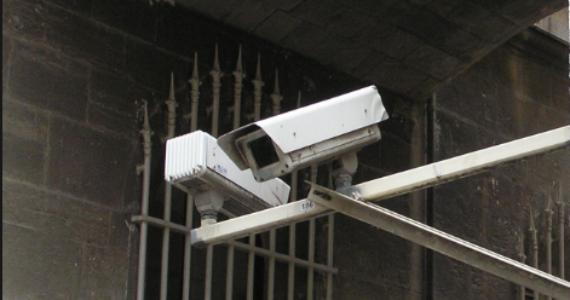מצלמת האבטחה תיעדה: הקופאית של הסופר החרדי השחיתה רכב הבוסית