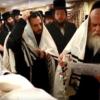 קַיֵּים אֶת הַיֶּלֶד: צפו בתיעוד משמחת הברית בחצרות קוסוב ויז'ניץ – נדברונה