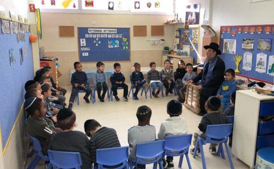 הרב ברדא עם הילדים, צילום: יוסי לחיאני