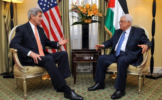 נשיא הרשות הפלסטינית אבו מאזן וג'ון קרי