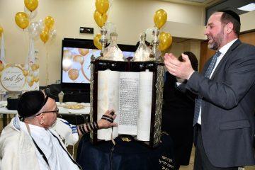 בן 78 חגג 'בר מצוה' ביד שרה